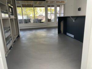 betonlook gietvloer huiskamer & keuken